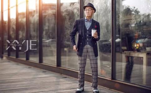Ηλικιωμένος άνδρας σε ρόλο fashion icon!