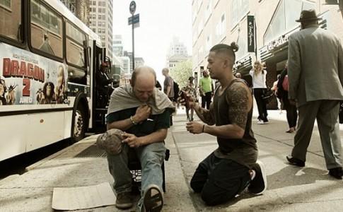 """Κάθε Κυριακή αυτός ο άνδρας κουρεύει δωρεάν τους άστεγους: """"Όλοι οι άνθρωποι έχουν την ίδια αξία"""" (ΒΙΝΤΕΟ)"""