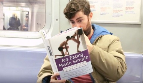Πώς να προκαλέσεις απίστευτη αμηχανία στο μετρό με μόνο ένα βιβλίο