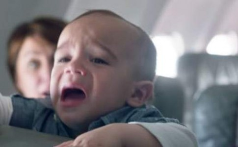 Πώς μια αεροπορική έκανε τους επιβάτες να λατρέψουν το κλάμα του μωρού που καθόταν δίπλα τους (βίντεο)