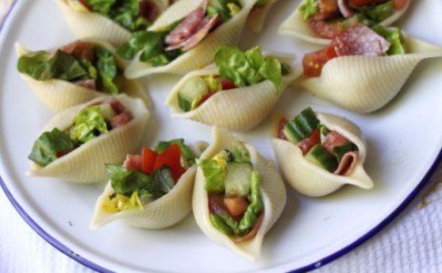 Υπέροχη σαλάτα μέσα σε μακαρόνια!