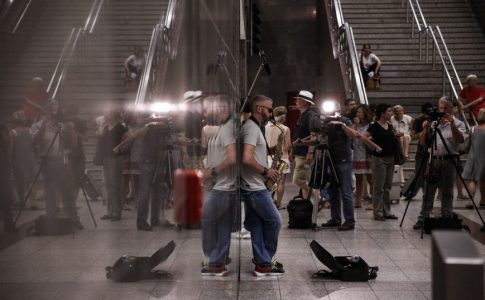 Το Εθνικό Θέατρο μόλις έκανε μια έκπληξη σε όσους ήταν στο μετρό στο Σύνταγμα