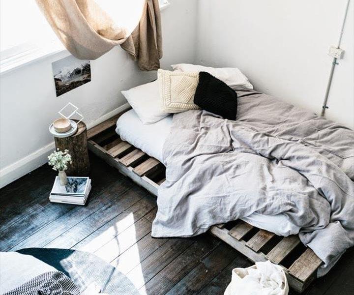 122414fe8338 Γιατί να αγοράσετε κρεβάτι όταν μπορείτε να φτιάξετε ένα με παλιές ξύλινες  παλέτες